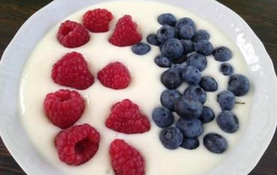 Yoghurt with berries