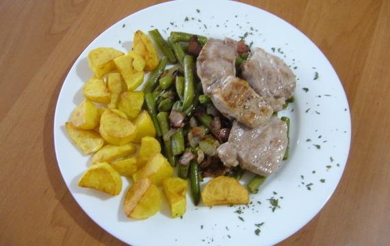 Pork tenderloin with green beans and homemade potato chips